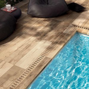 Gartenplatten in Holzoptik am Pool